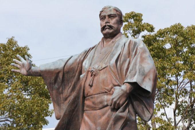 威風堂々とした岩崎弥太郎像