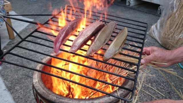 一気に焼き上げる藁焼き