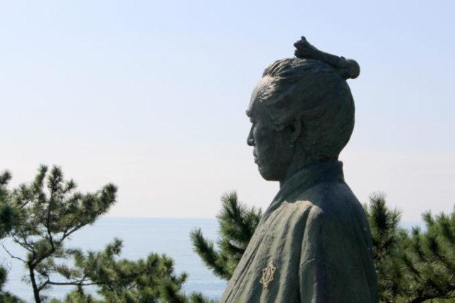 海の向こうを見る坂本龍馬