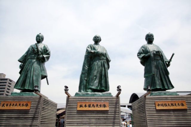 高知駅前の龍馬像と龍馬伝 幕末志士社中