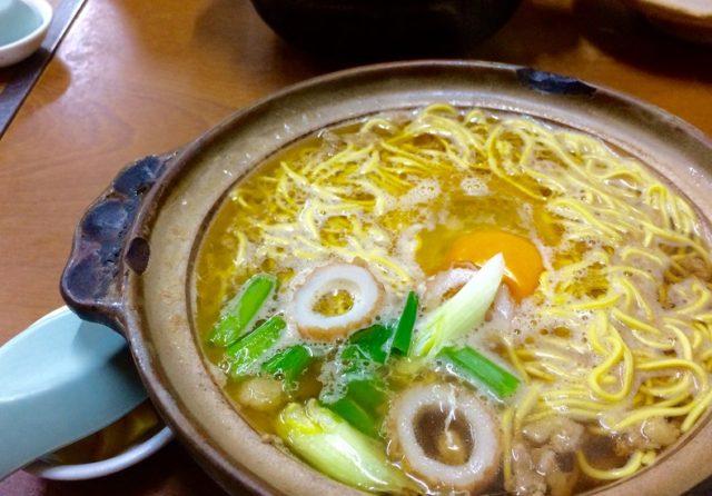 あっつあつの鶏ガラ醤油スープに細麺…